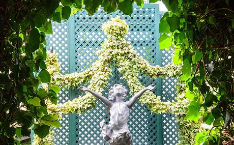 Inspiracja sztuka dekoracyjna kwiaty rośliny posąg