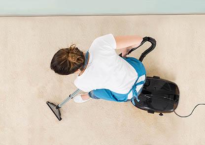 Porady czyszczenie odkurzacz wykładzina kobieta