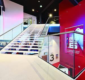Inspiracja Wysoka Klasa hotel office kino design projekt konstelacja podest czerwono-biały